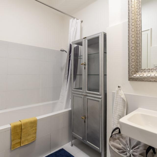 http://bytkarlin.cz/wp-content/uploads/2019/06/designovy-byt-karlin-lucie-tumova-realitni-makler-praha-findeo-13-koupelna-s-wc-640x640.jpg